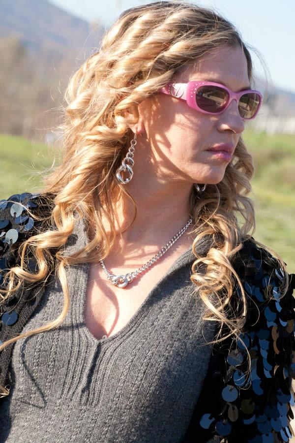Cristina con occhiali Ferragamo e gioielli Zoppini