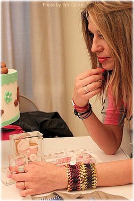 Cristina Lodi con i dolci della Pasticceria Ramperti