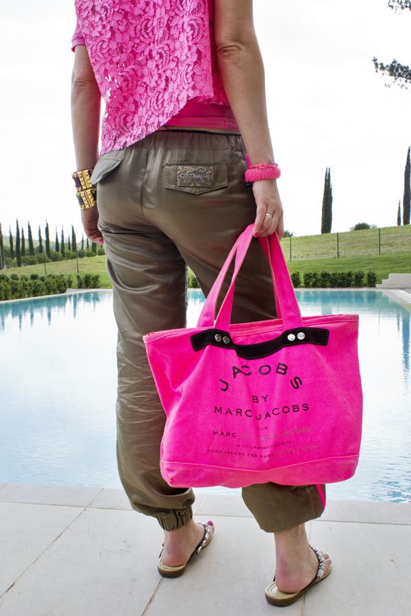 La Fashion Blogger Cristina Lodi in piscina a Villa Il Palagio