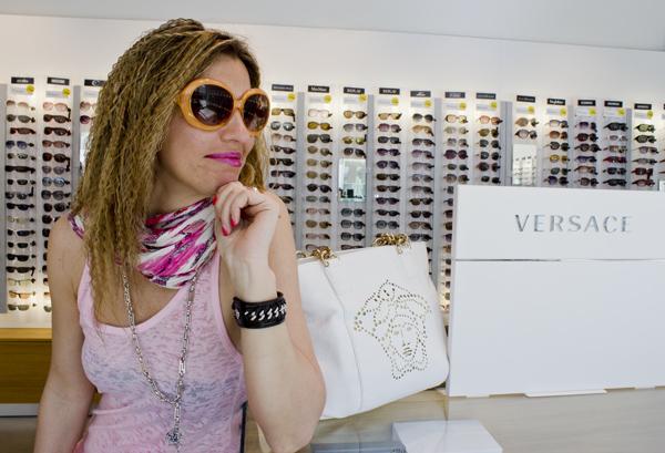 La Fashion Blogger Cristina Lodi con borsa Versace