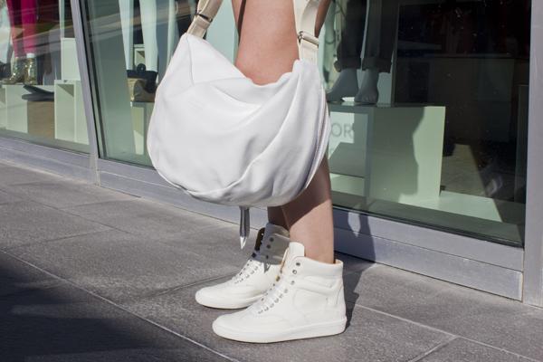 La Fashion Blogger Cristina Lodi con scarpe e borsa MMM