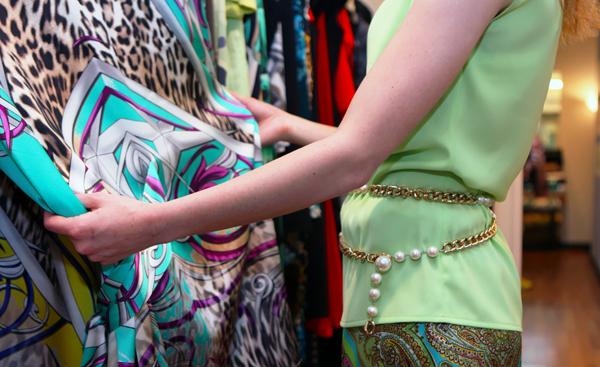 Chiara di 2 Fashion Sisters ammira le creazioni di Alice