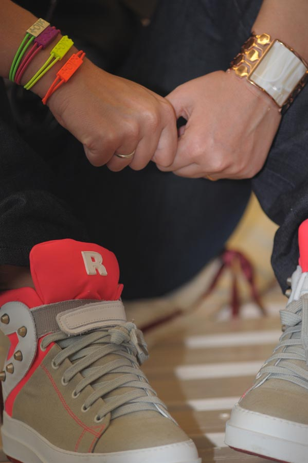Cristina di 2 Fashion Sisters indossa sneakers Ruco Line