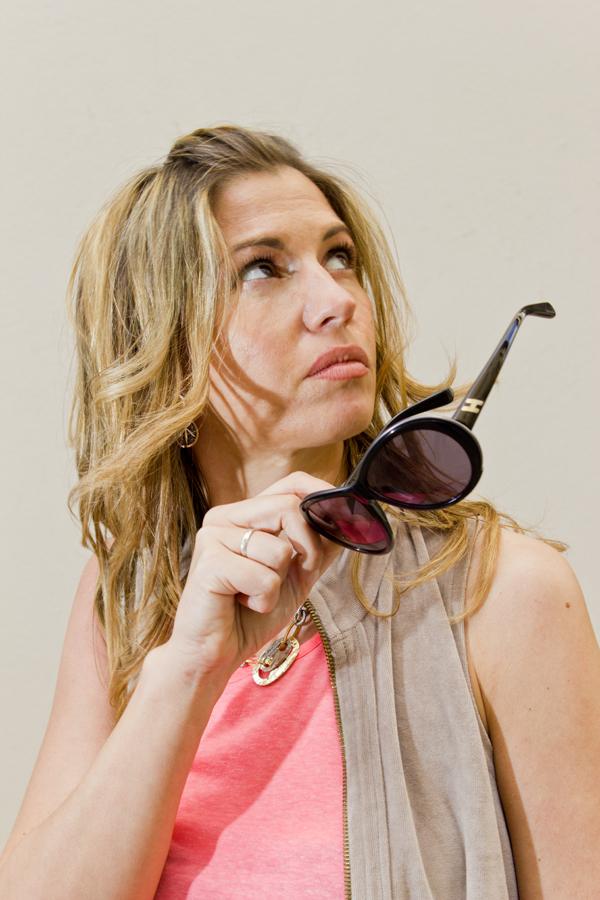 Cristina Lodi con occhiali Hogan
