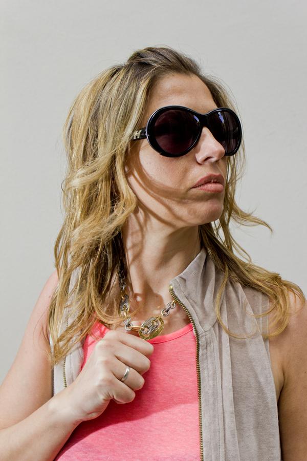 La Fashion Blogger Cristina Lodi con occhiali Hogan