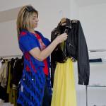 Cristina Lodi ammira abito e giubbotto John Galliano