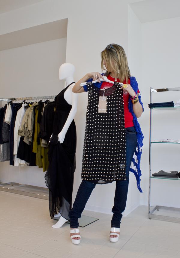 La Fashion Blogger Cristina Lodi indossa sandali Versace Jeans