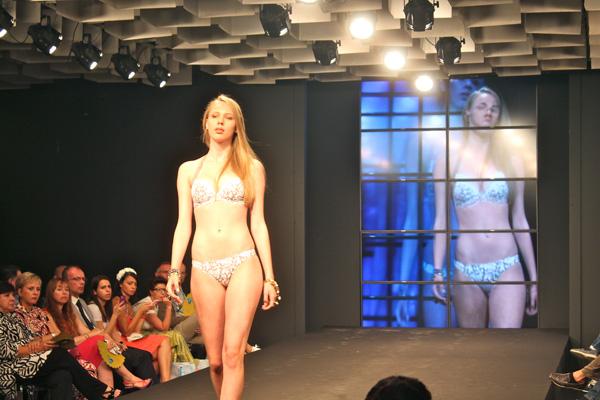 Mare d'Amare   2 Fashion Sisters   fashion show