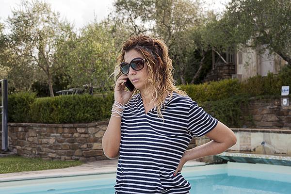 Cristina Lodi in versione marinaretta, villa la borghetta, occhiali moschino, occhi verdi