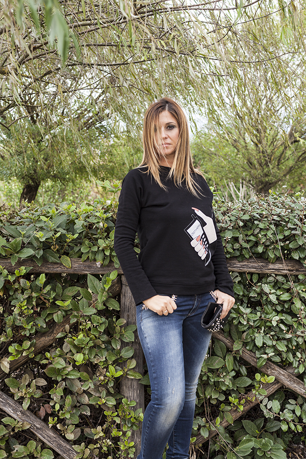 Cristina Lodi, felpa CristinaEffe, clutch orciani, jeans CristinaEffe