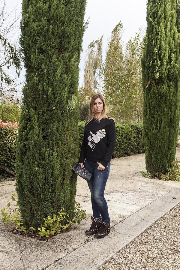 Cristina Lodi, felpa nera, felpa CristinaEffe, clutch orciani, jeans CristinaEffe