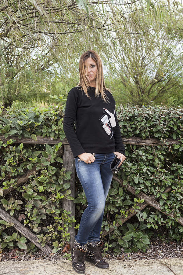 Cristina Lodi, felpa nera, felpa CristinaEffe, clutch orciani, jeans elasticizzati, CristinaEffe