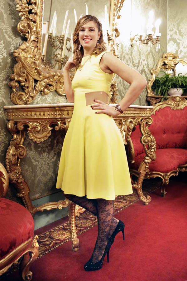 Cristina Lodi, abito giallo, abito Christies, calze max mara, palazzo borghese, immagine italia