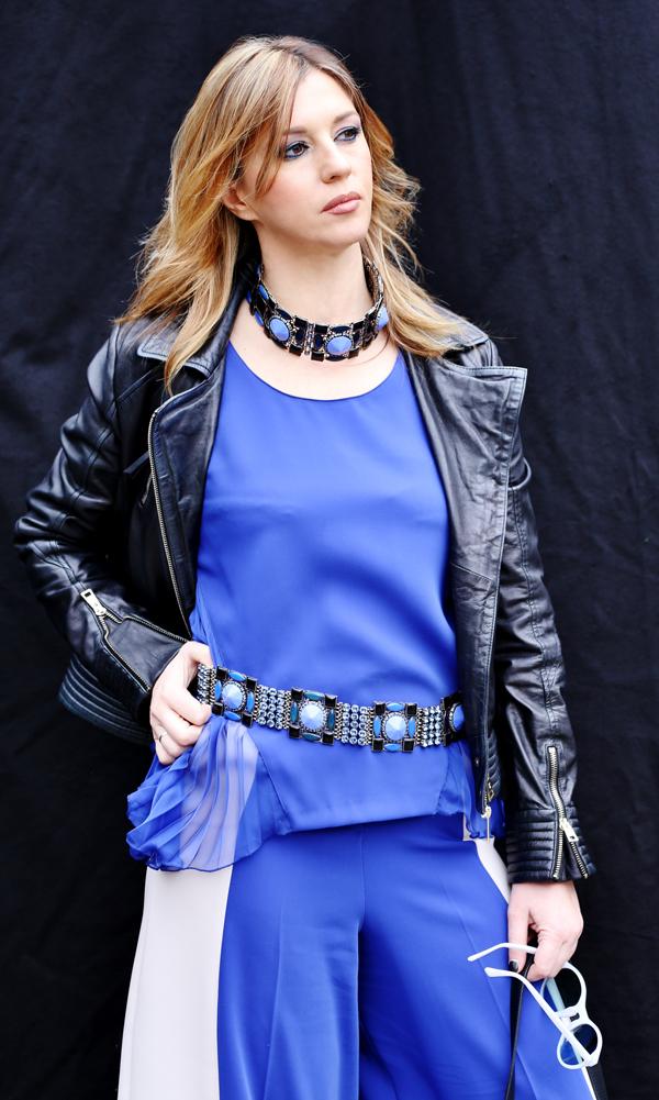 Cristina Lodi, gioielli Miranda Konstantinidou, gonnapantalone CristinaEffe, top blu, occhiali athina lux