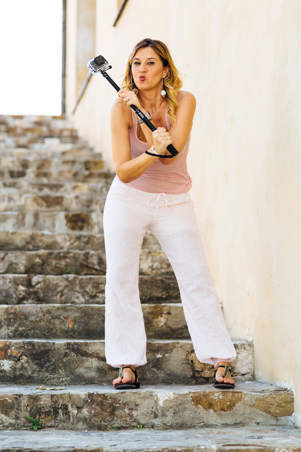 Cristina Lodi, 2 fashion sisters, Ezviz, s1 Sports, Action Camera,  pantaloni lino Danapisarra, infradito Luciano Barachini
