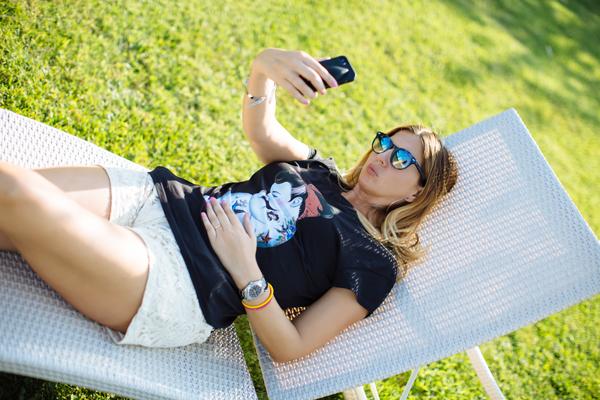 Cristina Lodi, tshirt siamoises, shorts Christies, villa olmi, occhiali athinalux, due punti milano