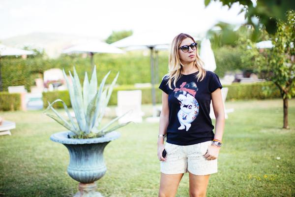 Cristina Lodi, tshirt siamoises, shorts Christies, villa olmi. jpg