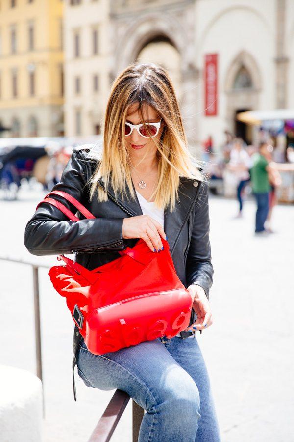 Cristina Lodi, chiodo nero, borsa rossa, borsa piero guidi